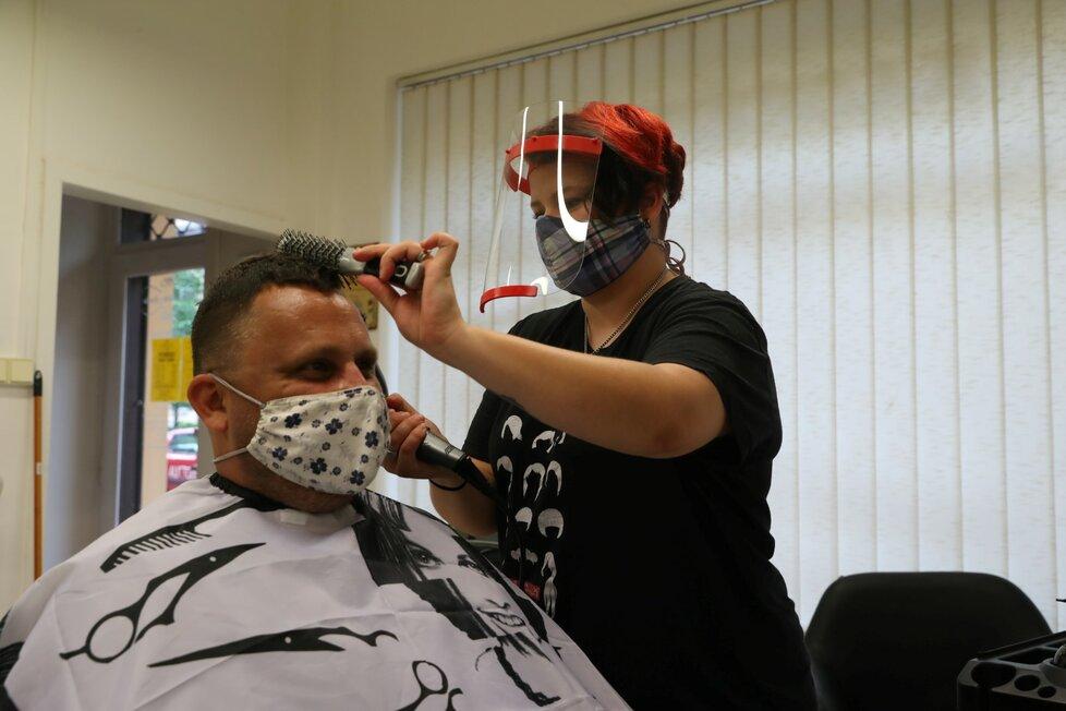 V kadeřnictví Jezerka v Praze 4 přijali 11. května 2020 po koronavirové pauze první zákazníky.
