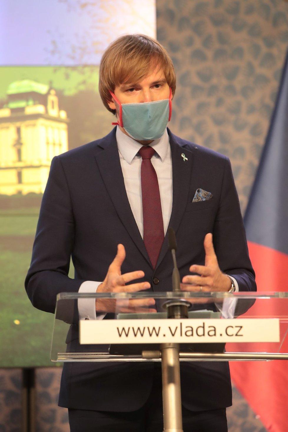 Ministr zdravotnictví Adam Vojtěch (za ANO) na tiskové konferenci po jednání vlády (11.5.2020)