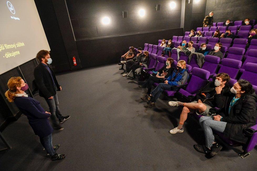 Provozovatelé pražského Kina Pilotů Jan a Alžběta Macolovi 11. května 2020 vítají diváky po dvouměsíční pauze způsobené opatřeními proti šíření koronaviru na téměř vyprodané projekci filmu Vysoká dívka. Vládní harmonogram umožňuje od tohoto dne otevřít pro veřejnost kina a divadla, pokud v nich nebude najednou více než sto lidí, bude obsazena jen každá druhá řada a lidé budou sedět ob jedno sedadlo. (11. 5. 2020)