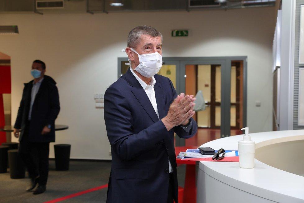 Premiér Andrej Babiš (ANO) odpovídal na dotazy Blesku v pořadu Ptám se, pane premiére. Při vstupu do redakce využil dezinfekci(13.5.2020)