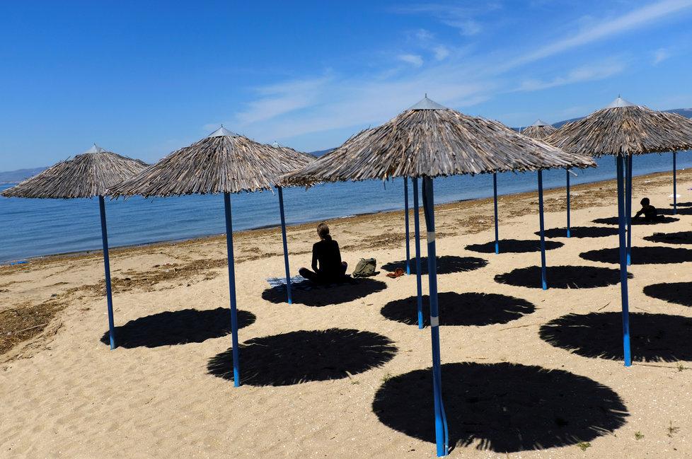 Řecko opět otevírá své pláže pro turisty.