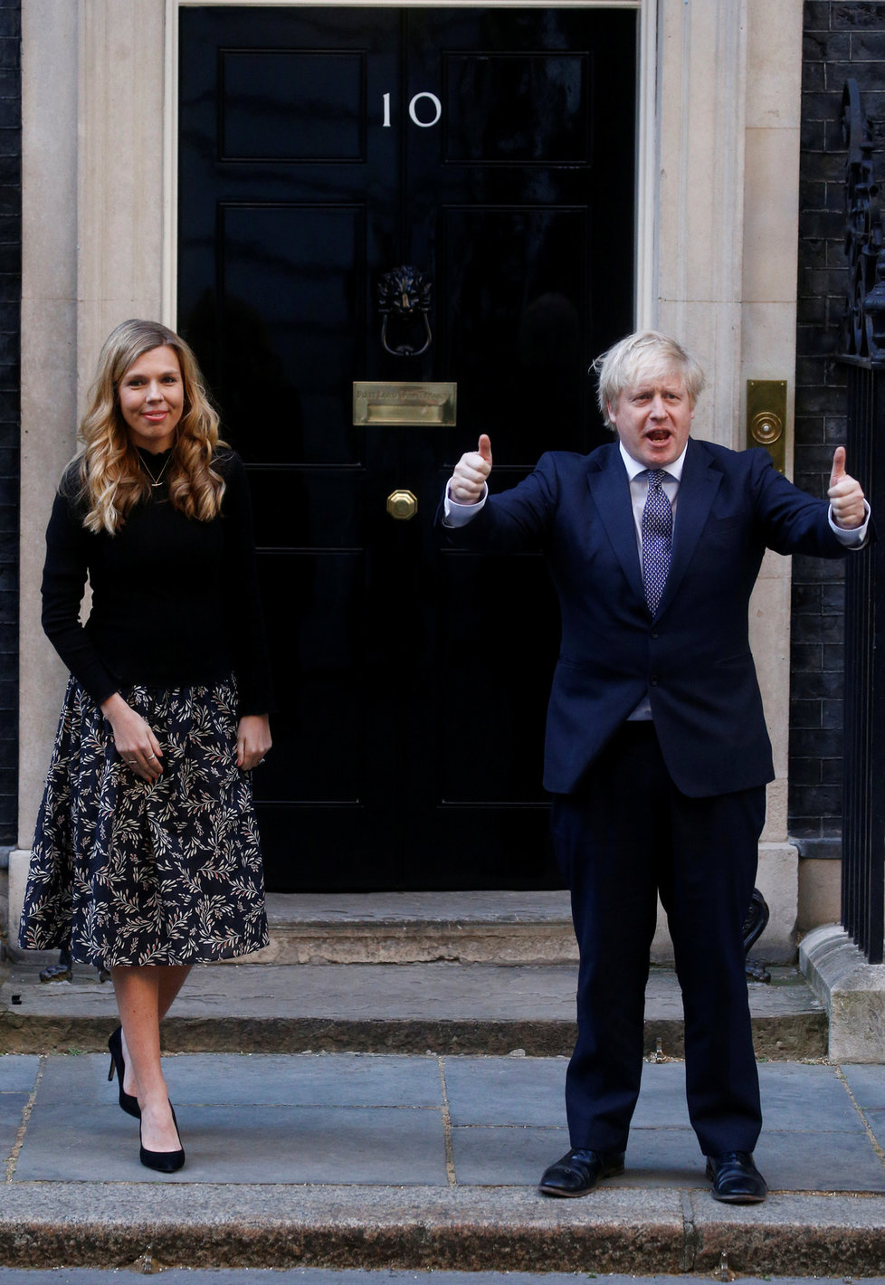 Premiér Boris Johnson se snoubenkou Carrie Symondsovou.