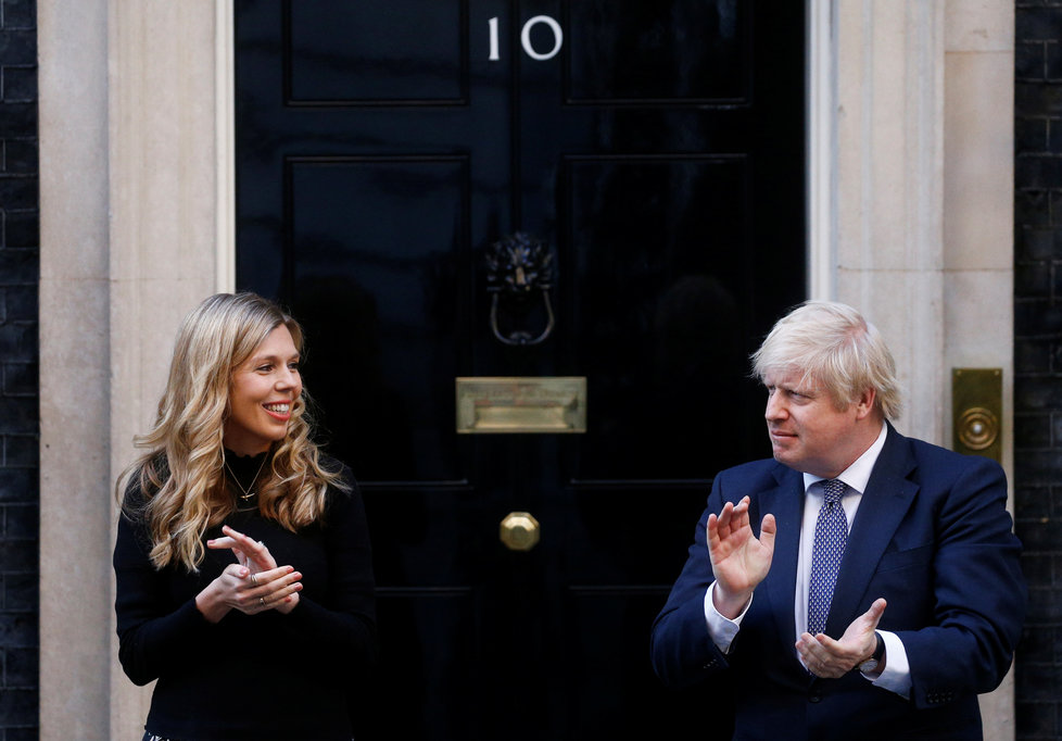Premiér Boris Johnson se snoubenkou Carrie Symondsovou