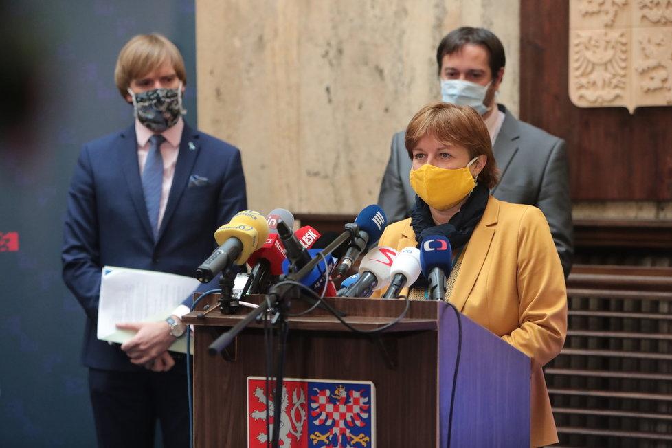 Tisková konference k uvolňování opatření po 25. květnu: Hlavní hygienička Jarmila Rážová, v pozadí ministr zdravotnictví Adam Vojtěch (za ANO) a epidemiolog Rastislav Maďar (15.5.2020)