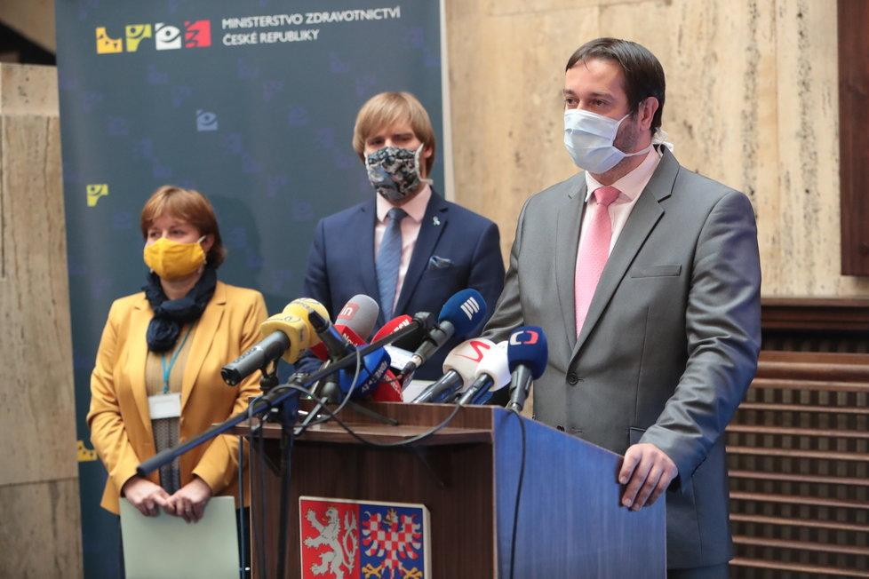 Tisková konference k uvolňování opatření po 25. květnu:  Epidemiolog Rastislav Maďar, v pozadí hlavní hygienička Jarmila Rážová a ministr zdravotnictví Adam Vojtěch (za ANO) (15.5.2020)