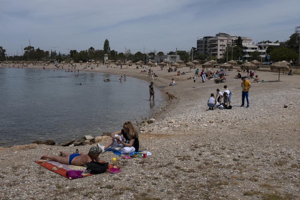 Na řecké pláže se pomalu začínají vracet dovolenkáři.