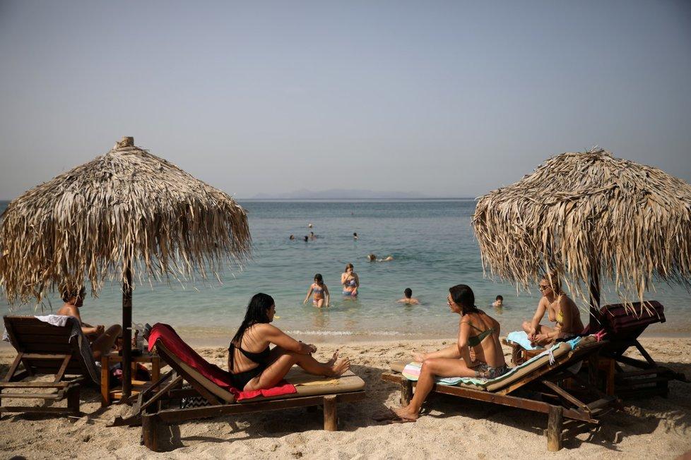 Pláže v Řecku hned po otevření přilákaly davy zájemců. Je tu větší odstup lehátek i častá dezinfekce. (16. 5. 2020)