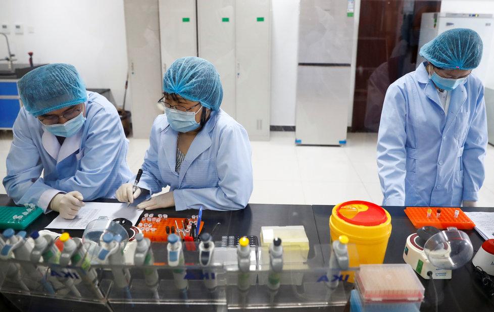 Koronavirus v Číně: Výzkum v pekingské laboratoři