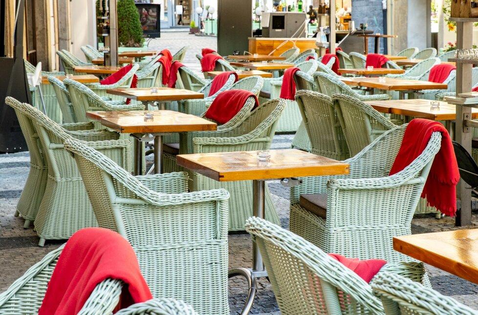 V restauracích na Staroměstském náměstí už nenecháte celou výplatu. Koronavirus stlačil ceny dolů.