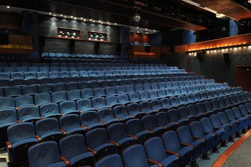 Prázdná hlediště divadel