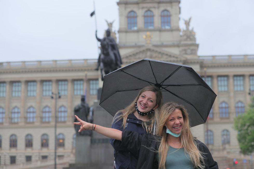 Koronavirus v Česku: Lidé v rouškách vyrazili do ulic Prahy, stihl je déšť (23.5.2020)