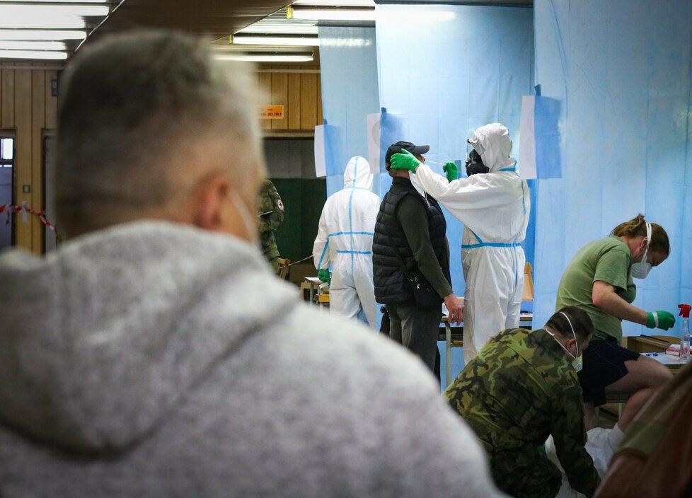 Koronavirus v Karviné: Kvůli Dolu Darkov vyrazila pomoci otestovat lidi i Armáda ČR
