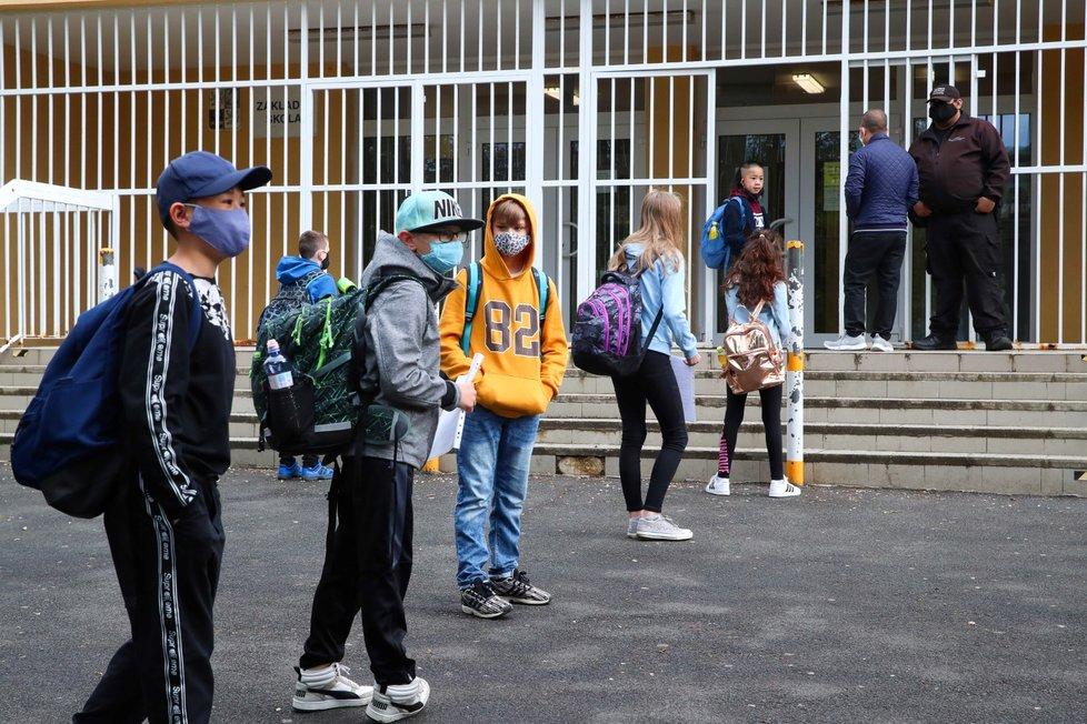 Koronavirus v Česku: Školy znovu otevřely své brány i pro ty nejmenší žáky. Do lavic se vrací první stupeň základní školy (25.5.2020)