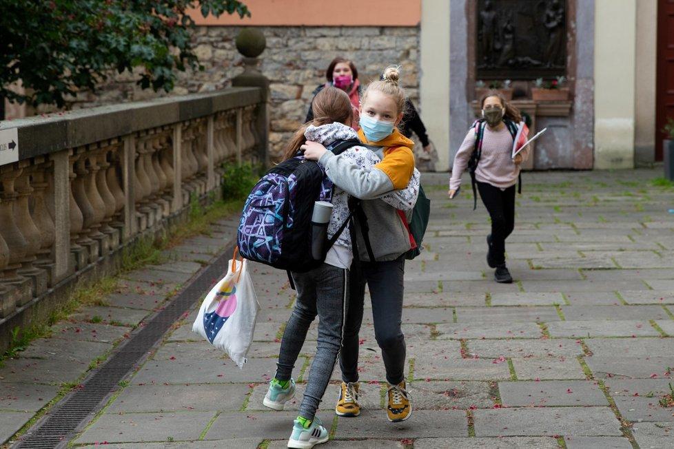 Děti po dvouměsíční karanténě vyrážejí do školy (25. 5. 2020)