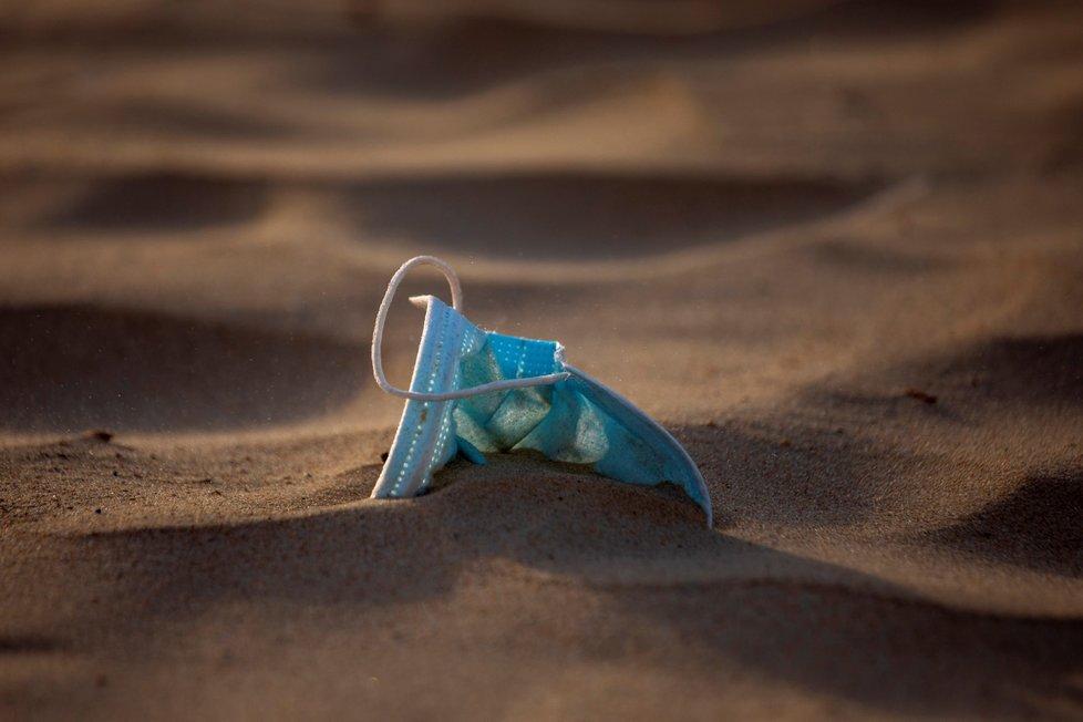 Ve světě lidé odhazují roušky na ulici nebo i plážích.