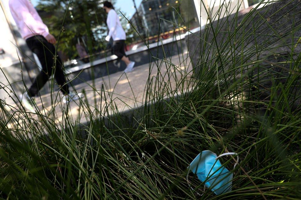 Lidé pohazují roušky v přířrodě i na ulicích