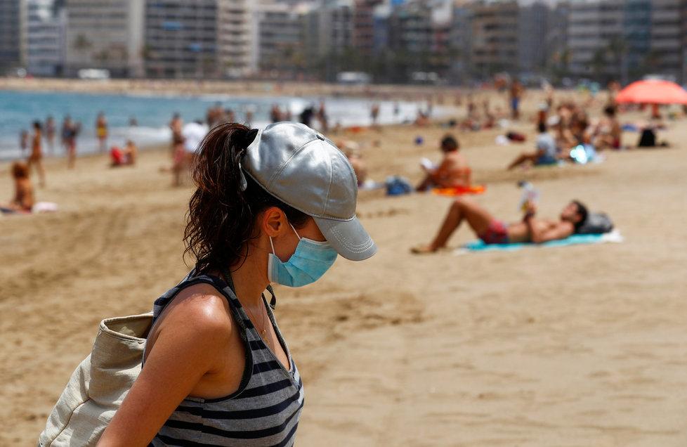 Pláže na Kanárských ostrovech už praskají ve švech. (25.5.2020)
