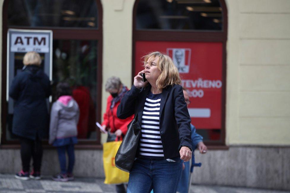 Češi po dlouhých měsících sundali venku roušky (25. 5. 2020)