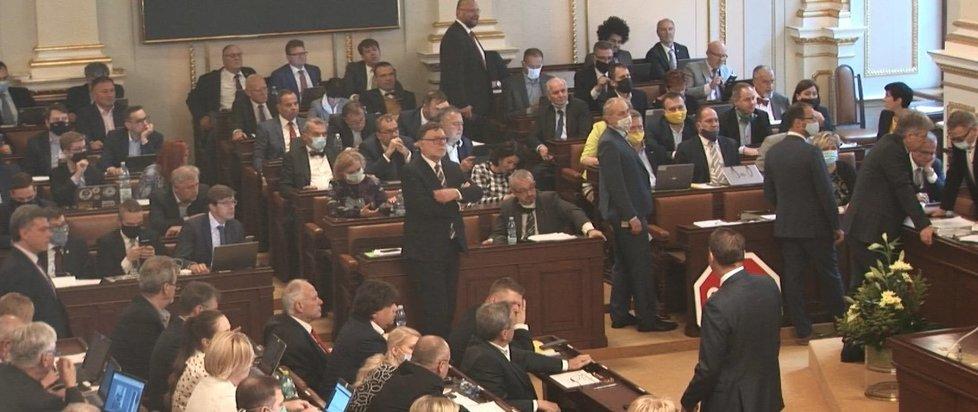 Někteří poslanci již roušky odložili. (26. 5. 2020)
