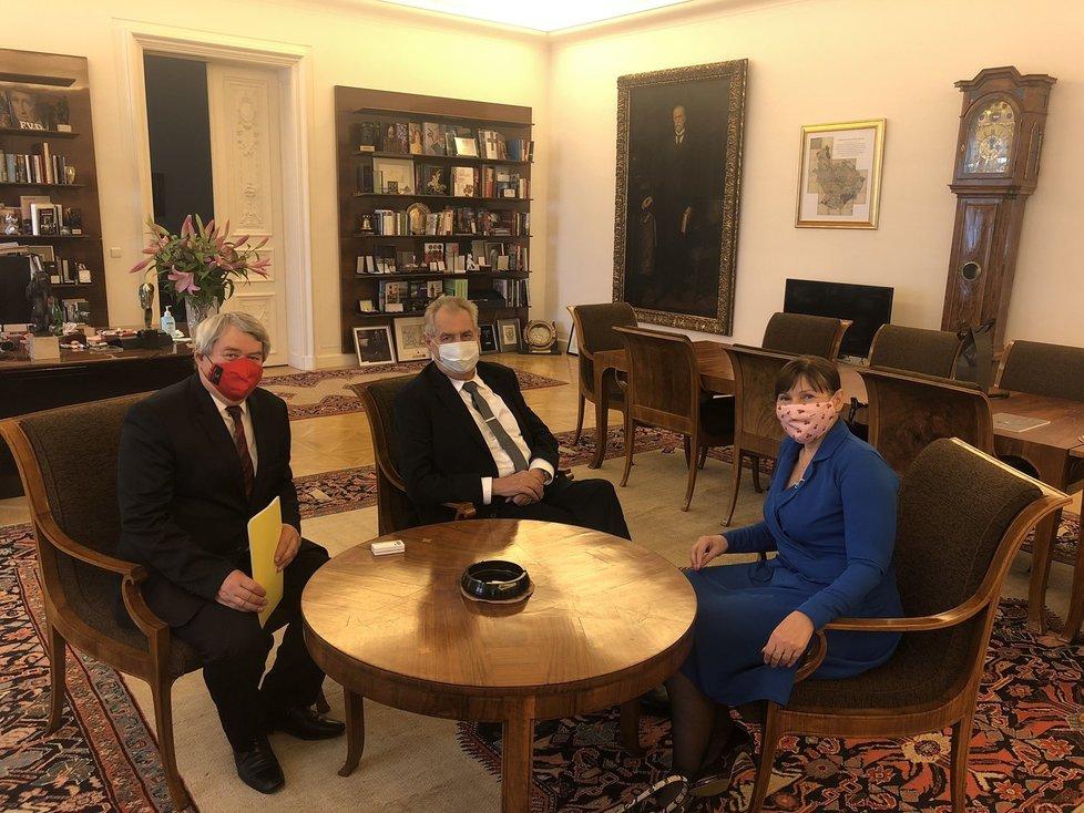 Šéf KSČM Vojtěch Filip vyrazil za Milošem Zemane na Hrad. Doprovodila ho poslankyně Miloslava Vostrá (26.5.2020)