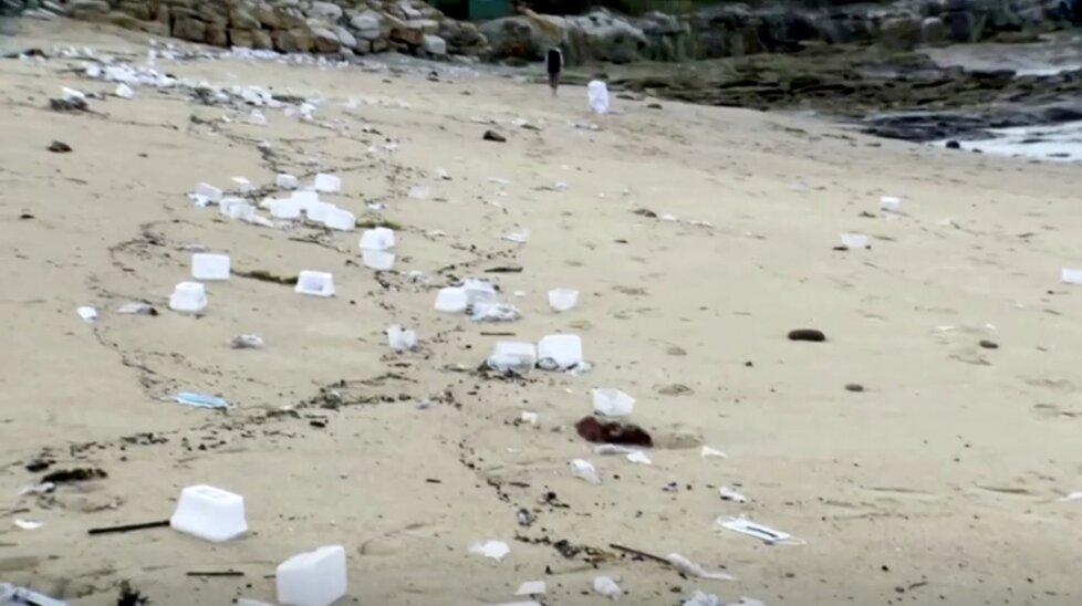 Na pláže v Sydney moře vyplavilo roušky ze 40 spadlých kontejnerů