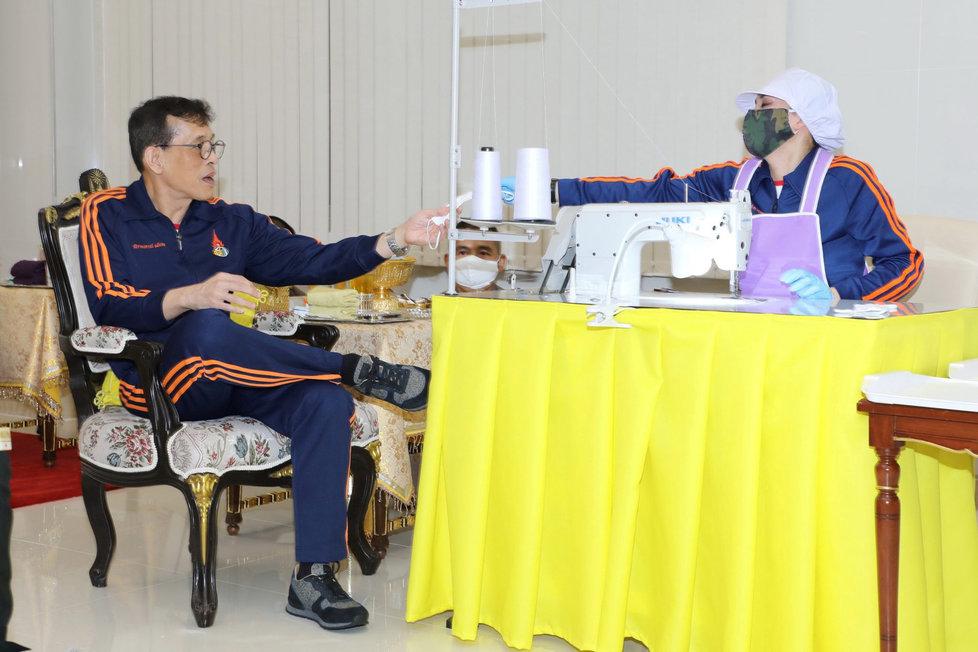 Thajský král Mahá Vatčirálongkón s manželkou Suthidou šili v době koronaviru roušky.