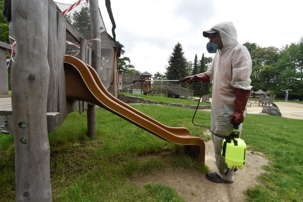 Pracovník Technických služeb Karviná 28. května 2020 dezinfikoval roztokem s virucidním účinkem prostory dětského koutku v parku Boženy Němcové v Karviné.