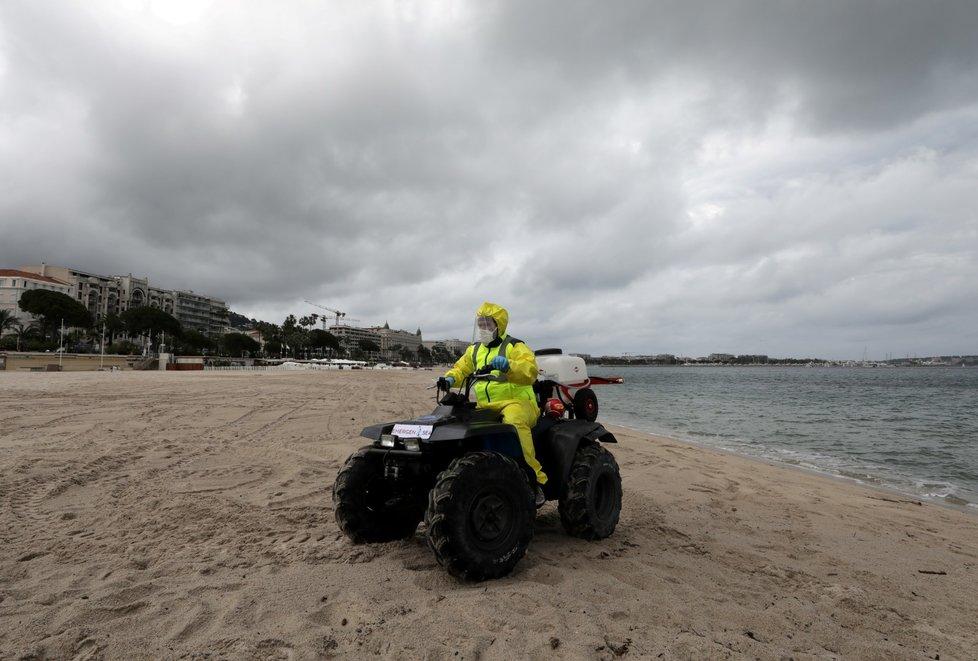 Dezinfekce pláží ve francouzském Cannes.