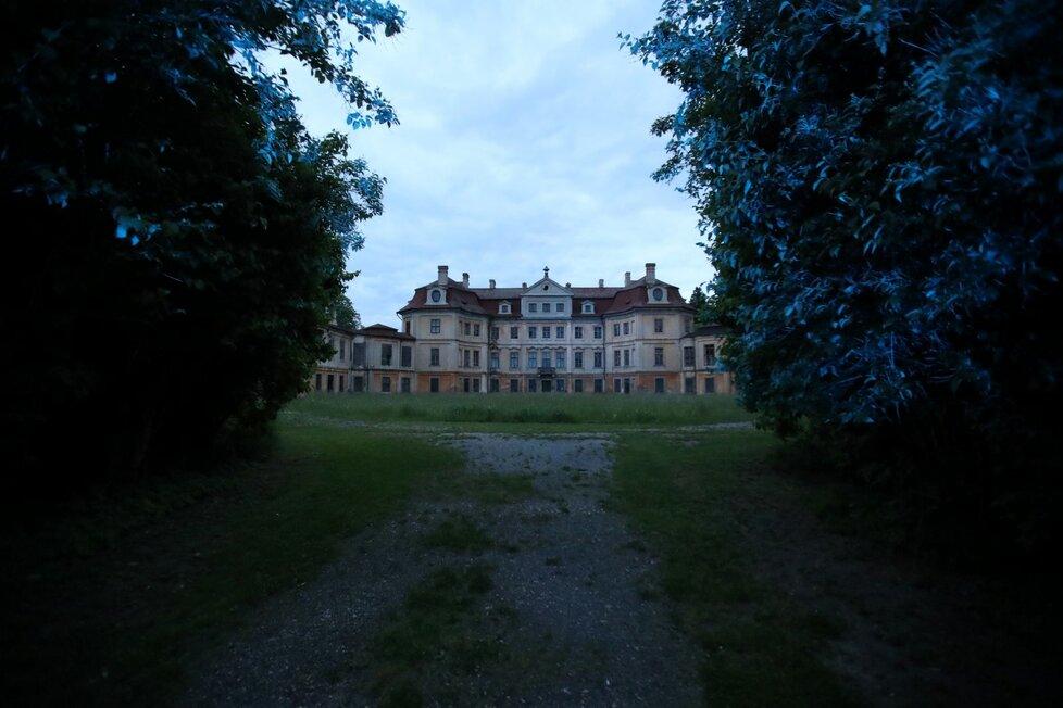 Matka uvedla, že jí chlapce někdo vzal i s kočárkem v zámeckém parku v Hoříně na Mělnicku.