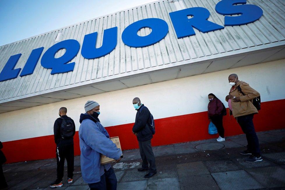 V Jihoafrické republice se uvolnila opatření, lidé stáli frontu na alkohol