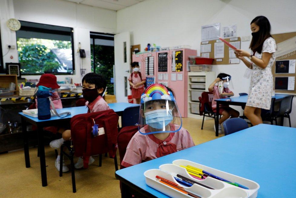Předškolní děti v Singapuru: Roušky jako povinná výbava i ve třídě (2. 6. 2020)