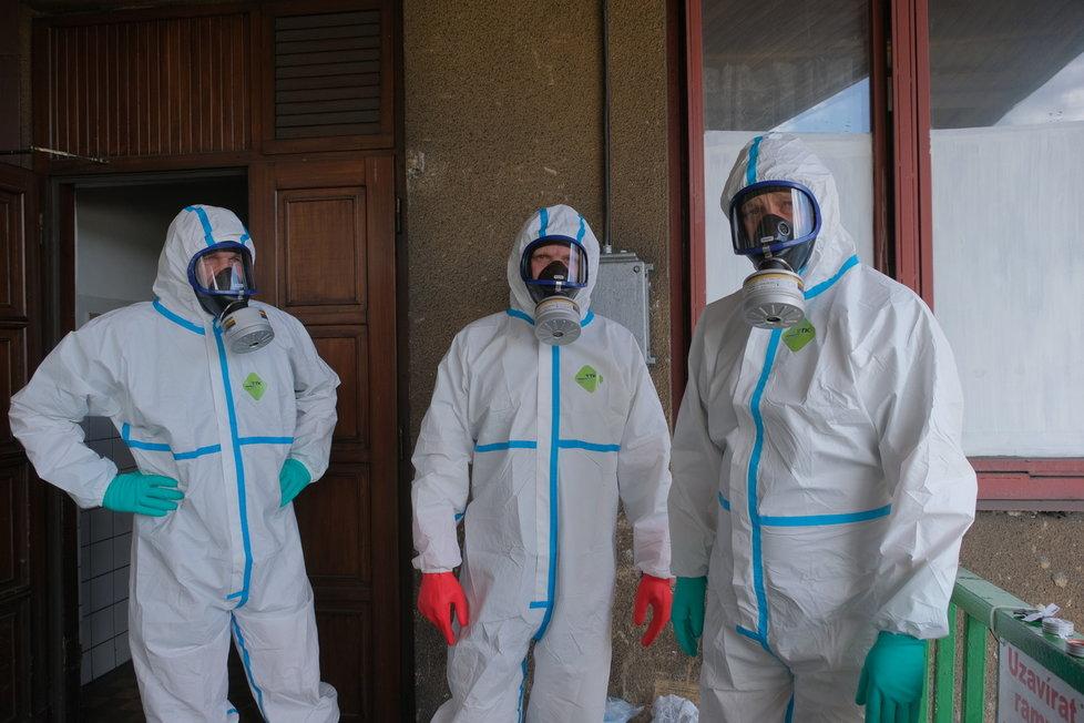 Hasiči ve speciálních oblecích se chystají 1. června 2020 vydezinfikovat prostory karvinského Dolu Darkov, kde je ohnisko koronaviru. Zaměří se na šatny, koupelny, chodby i kanceláře.