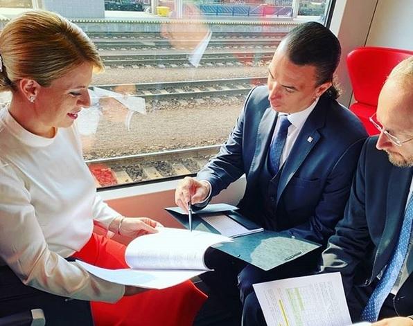 Zuzana Čaputová a Juraj Rizman při cestě vlakem do Vídně