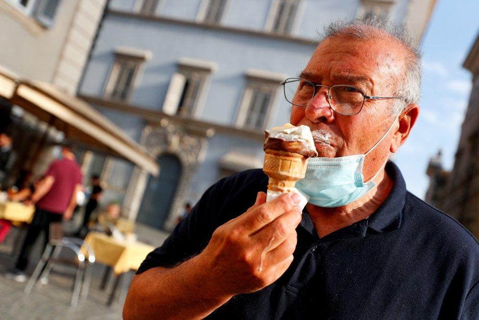 Italové po skončení izolace rádi vyrazí na zmrzlinu.