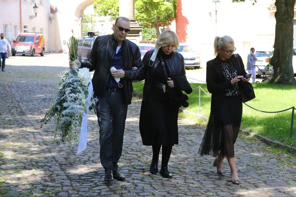 Hana Zagorová a Štefan Margita přicházejí na zádušní mši Evy Pilarové