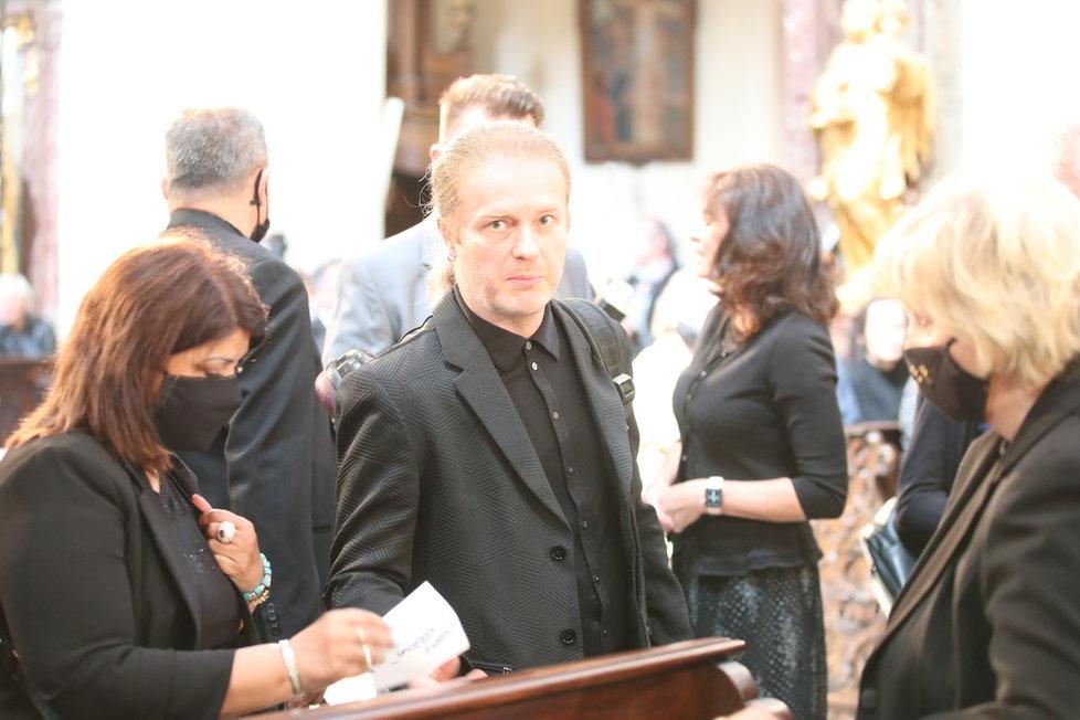Kára Kodetová s Pavlem Šporcelm a rodinou na zádušní mši