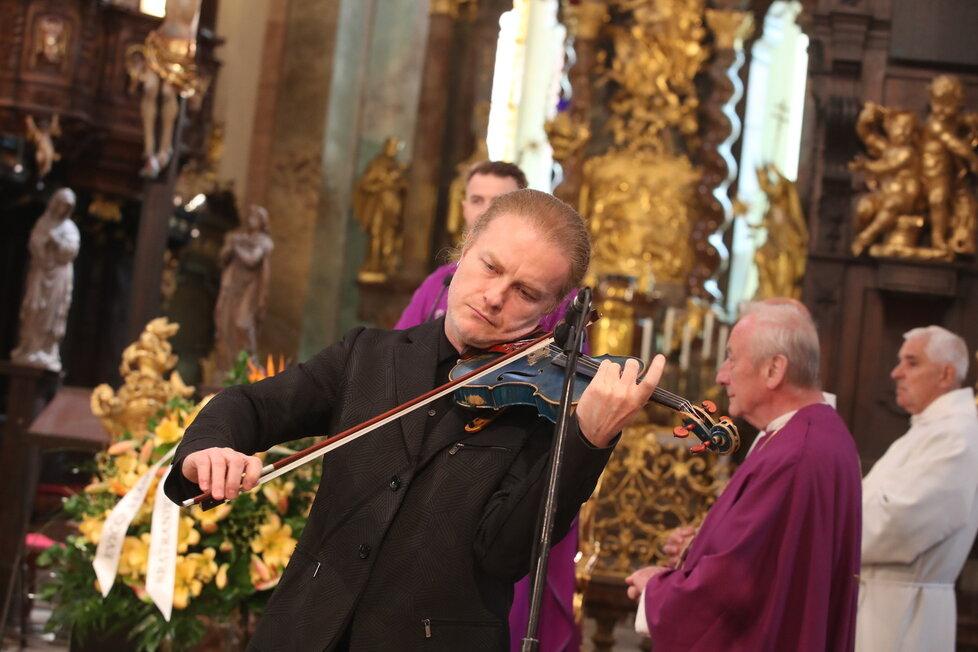 Na poslední cestu Evě Pilarové zahrál houslista Pavel Šporcl