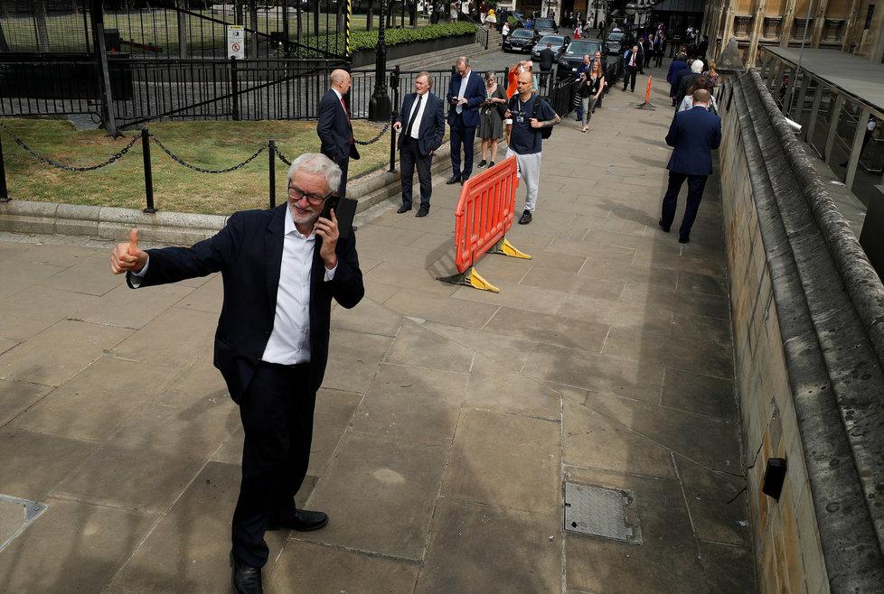 Britský parlament v době koronaviru. (3. 6. 2020). V dlouhé frontě čekal také exlídr labouristů Jeremy Corbyn.