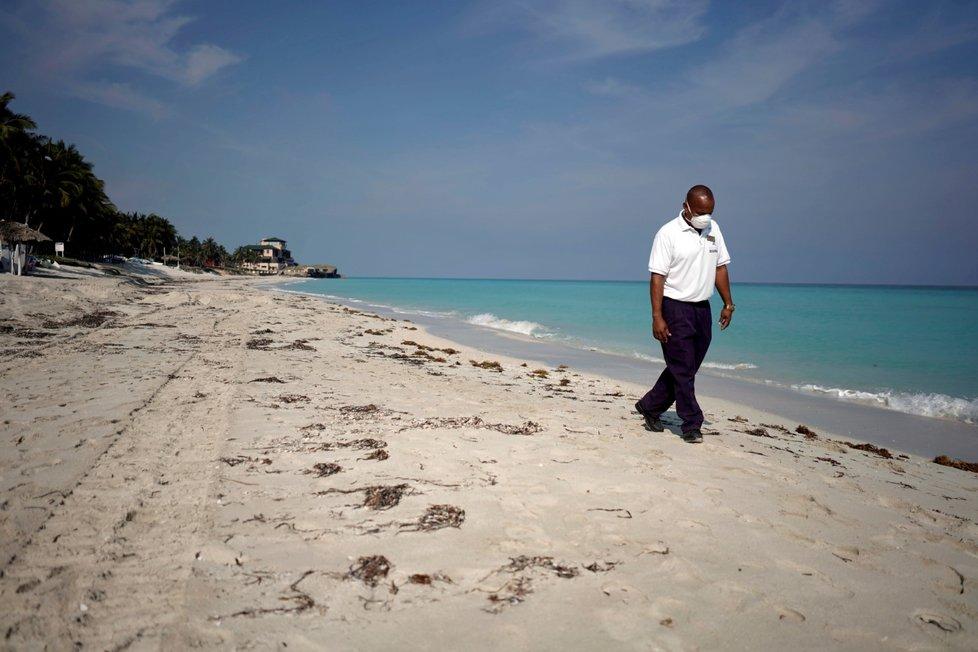 Pláž v Karibiku v období opatření proti koronaviru