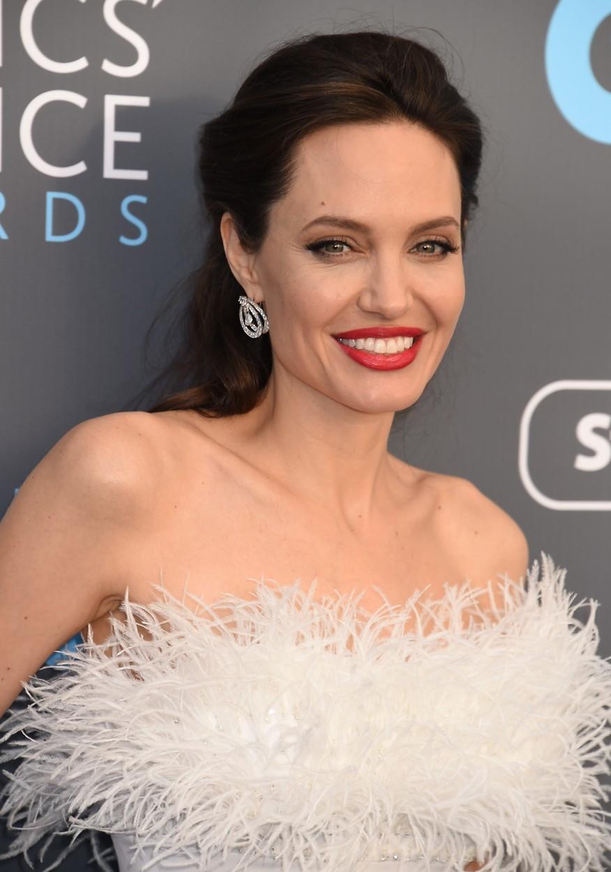 Angelina Jolie si zamilovala produtky s kaviárem. Ten patří mezi nejluxusnější ingredience kosmetických výrobků. Je totiž doslova nabitý vitamíny, minerály, aminokyselinami a proteiny, které odpovídají za správný vývoj kožních buněk a hydrataci pokožky.