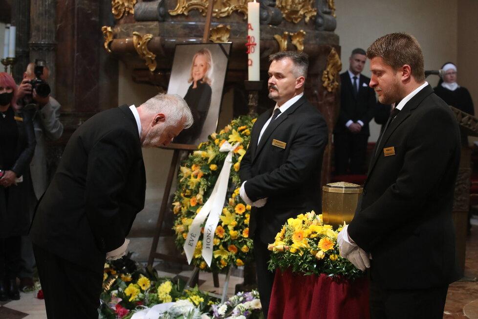 Vdovec Jan Kolomazník se poklonil urně s ostatky Evy Pilarové