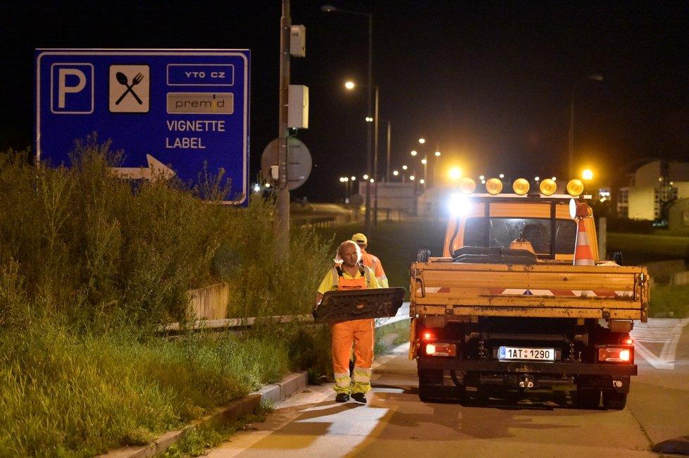 Dělníci odstraňovali v noci na 4. června 2020 zábrany na česko-slovenském hraničním přechodu Břeclav-Kúty na dálnici D2, kde se od půlnoci zrušila omezení nařízená kvůli pandemii koronaviru. Dálnice bude znovu volně průjezdná.
