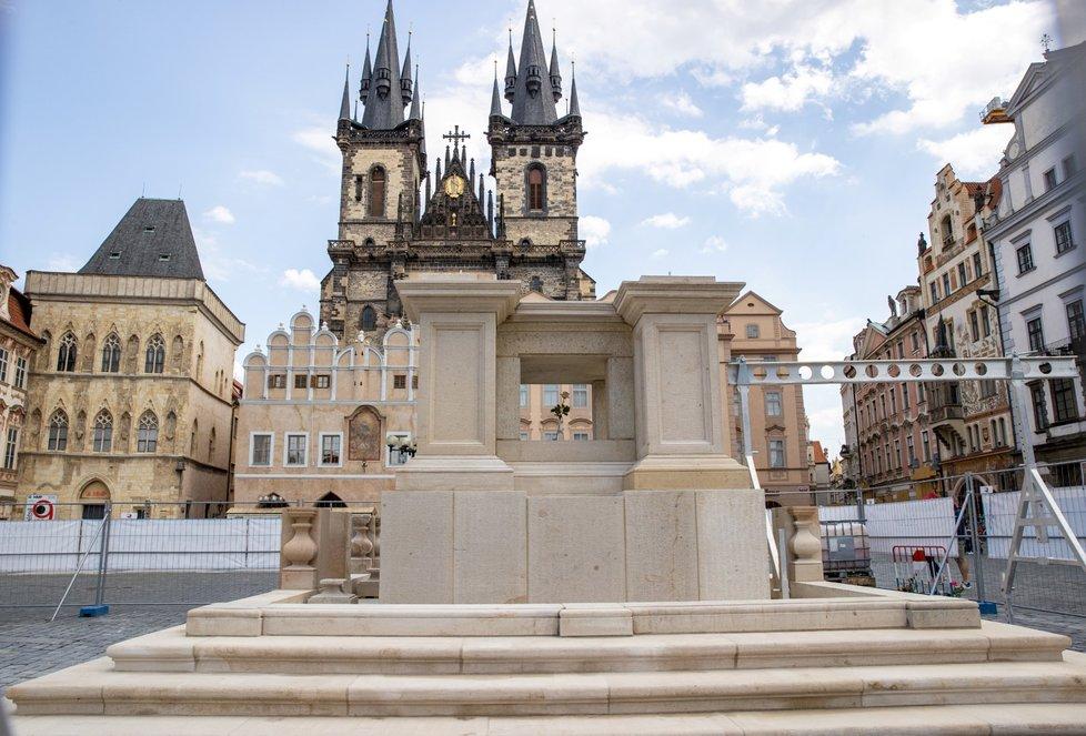 Stavba Mariánského sloupu na Staroměstském náměstí.