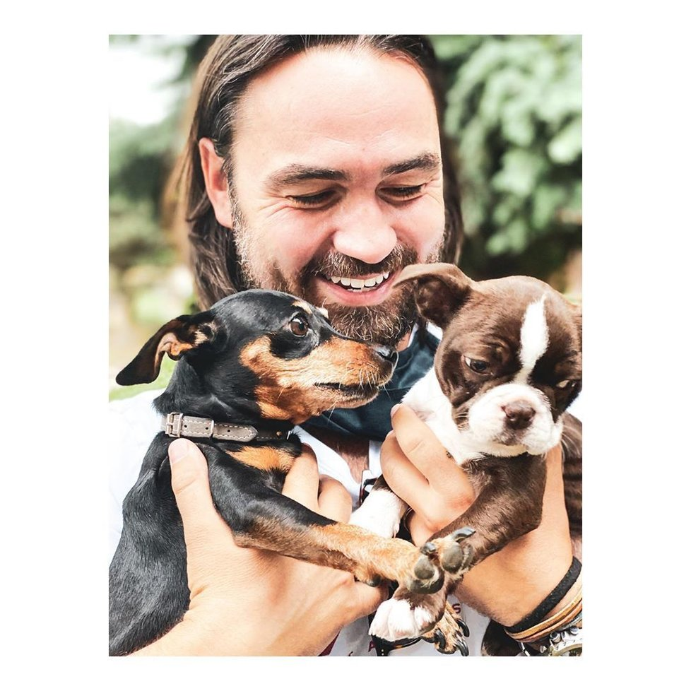 Syn Bisera Arichteva si pořídil rozkošné štěně