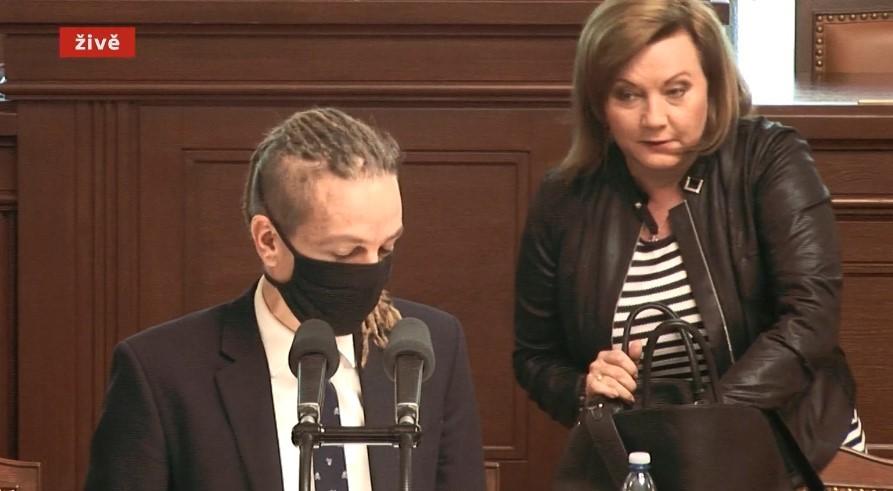 Ministryně financí Alena Schillerová (za ANO) přišla na jednání  v průběhu schůze. Kromě ní dorazil z vlády jen ministr zdravotnictví Vojtěch. (4. 6. 2020)