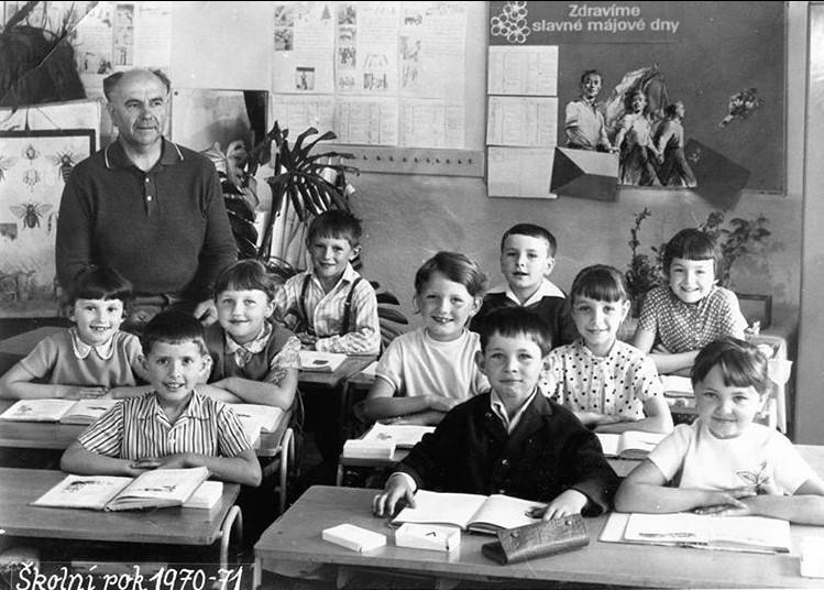 Ministryně Alena Schillerová sdílela fotografii z první třídy. Sedí v druhé řadě a oblečené má světlé tričko.