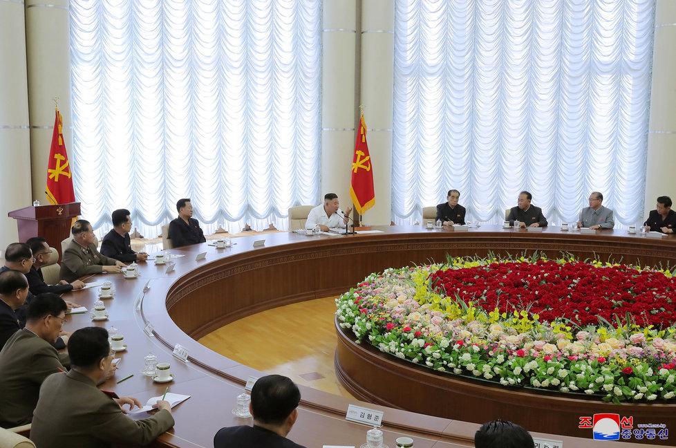 Vůdce KLDR Kim Čong-un na jednání politbyra