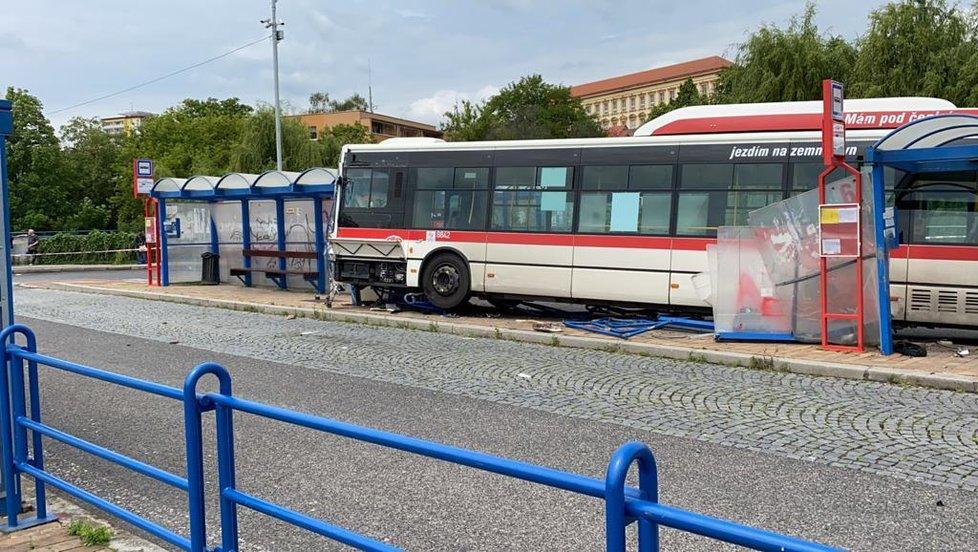 Na autobusovém nádraží ve Slaném vjel autobus na zastávku.