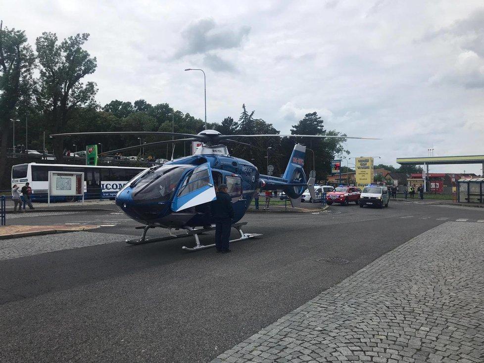 Pro zraněné přistál na místě vrtulník.