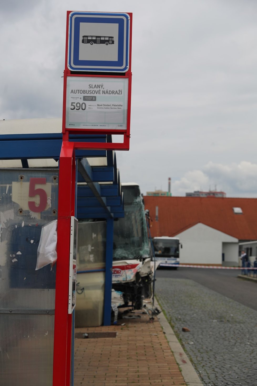 Autobus vjel ve Slaném na autobusovou zastávku s lidmi. Nehodu bohužel nepřežilo dítě.